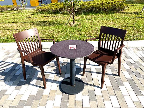 クインテッサホテル大阪ベイのシャトルバス乗り場(USJ側)にある休憩スペースのテーブルといす