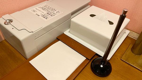 【ホテルシーガルてんぽーざん大阪】デスク上のメモやセーフティボックス