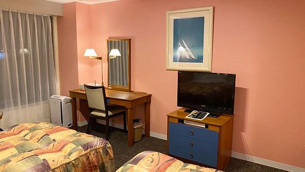 【ホテルシーガルてんぽーざん大阪】部屋のデスクとテレビ