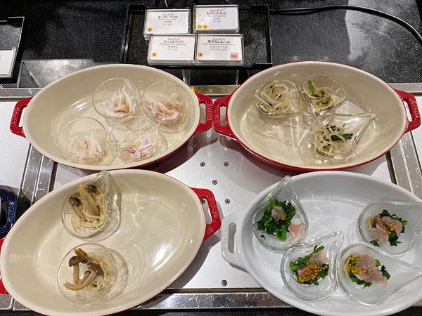 【クインテッサホテル大阪ベイの朝食ブッフェ】オニオンマリネ、もやしナムル、キノコのマリネ、菜の花と生ハム