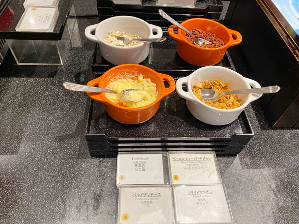 【クインテッサホテル大阪ベイの朝食ブッフェ】オートミール、ベーコンフレーバービッツ、パルメザンチーズ、フライドオニオン