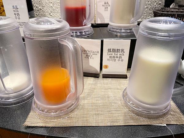 ベジタブルジュース、低脂肪乳【クインテッサホテル大阪ベイの朝食ブッフェ】