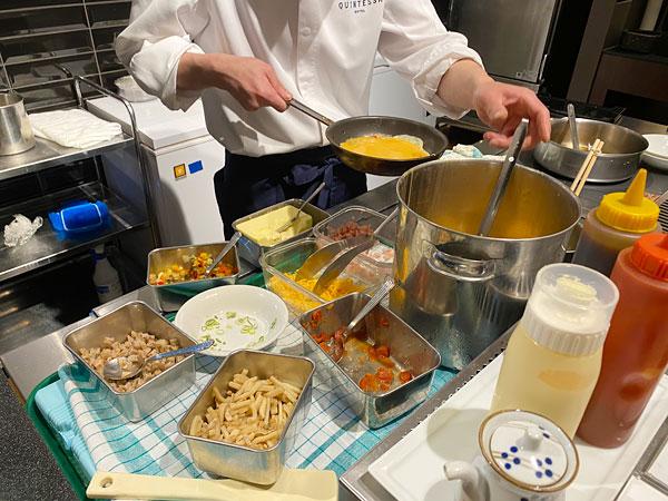 【クインテッサホテル大阪ベイの朝食ブッフェ】シェフがオムレツを焼いているところ