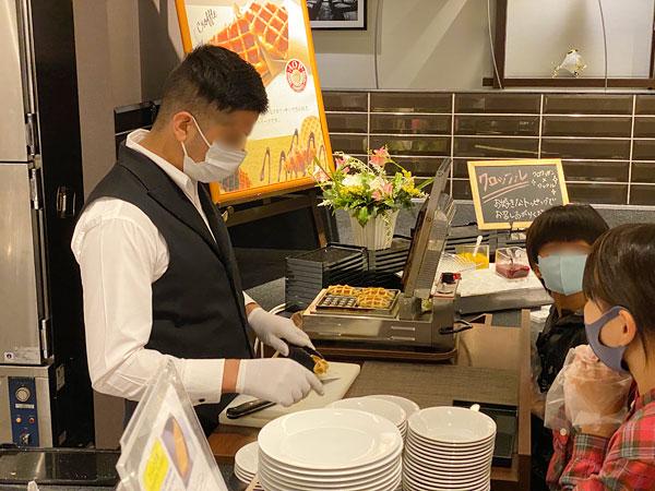 クロッフルをスタッフが焼いているところ【クインテッサホテル大阪ベイの朝食ブッフェ】