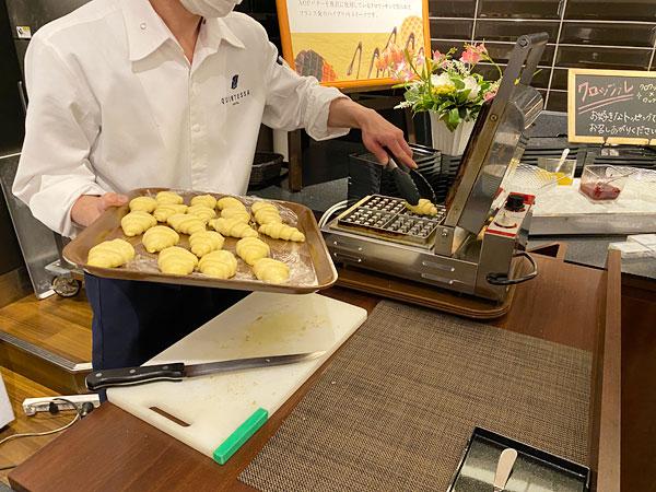 クロッフルを焼くところ【クインテッサホテル大阪ベイの朝食ブッフェ】