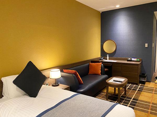 【クインテッサホテル大阪ベイ】ファミリータイプの部屋のソファやデスク