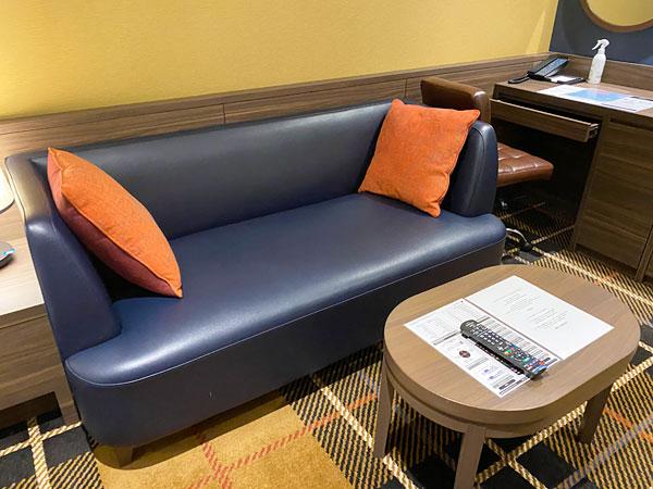 【クインテッサホテル大阪ベイ】部屋のソファとテーブル