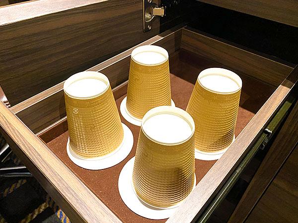 【クインテッサホテル大阪ベイ】デスク下に収納されている紙コップ
