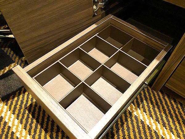 【クインテッサホテル大阪ベイ】デスク下の小物入れ引き出し