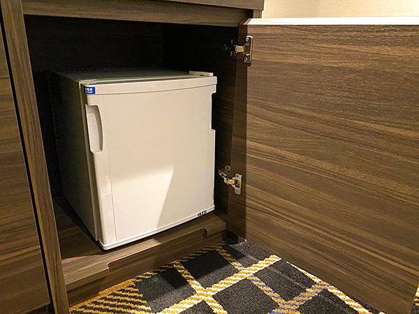 【クインテッサホテル大阪ベイ】デスク下の冷蔵庫
