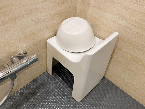 【クインテッサホテル大阪ベイ】浴室の洗面器とイス