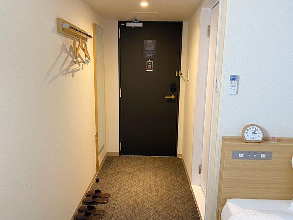 【ABホテル堺東】部屋の奥から入口付近を撮影した写真