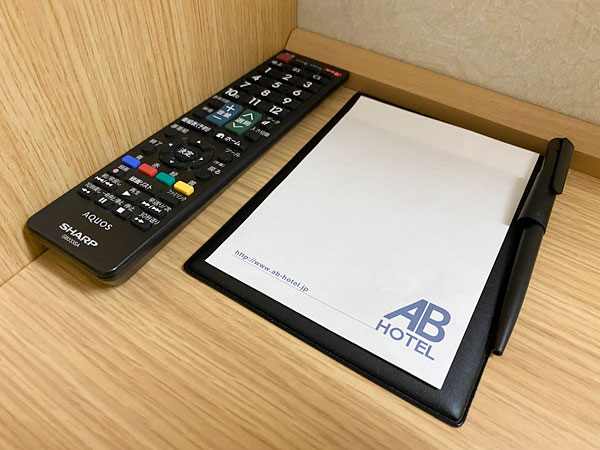 【ABホテル堺東】メモ帳とテレビのリモコン