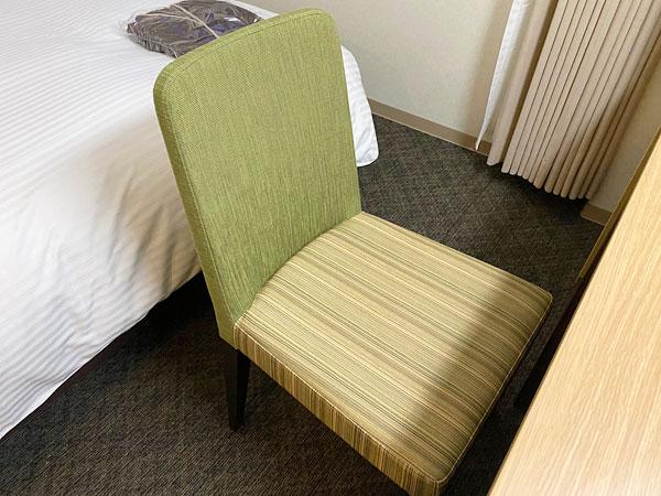【ABホテル堺東】座面も背もたれもあつみのあるチェア