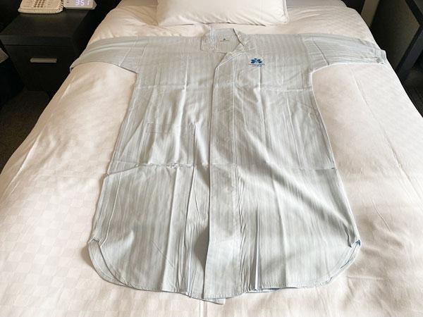 ホテル日航大阪のパジャマをベッドに広げたところ
