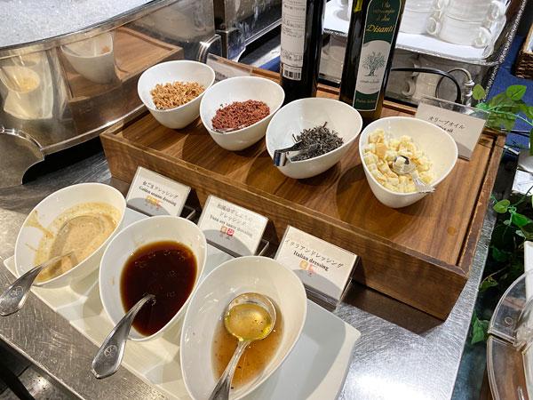 サラダ用ドレッシングやトッピング類(ホテル日航大阪セリーナのランチブッフェ)