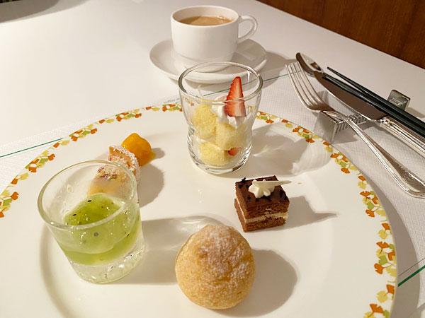 ホットコーヒーとスイーツの盛り合わせ(ホテル日航大阪セリーナのランチブッフェ)