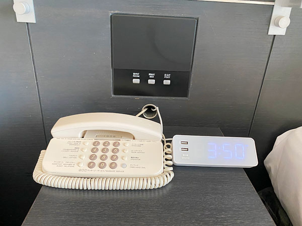 ホテル日航大阪ベッドサイドボードの電話とアラーム