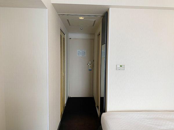 ホテル日航大阪の部屋ドア側を撮影した写真