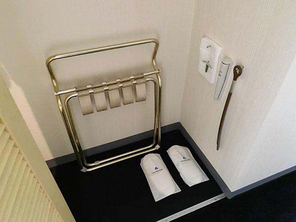 ホテル日航大阪のクローゼット内のバゲージラックやスリッパ