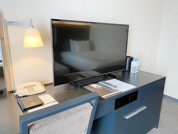 ホテル日航大阪のテレビ台一体型のデスク
