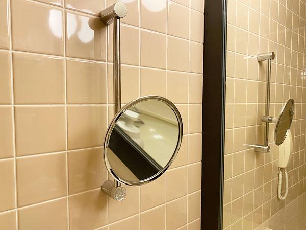 ホテル日航大阪の洗面所のアームミラー