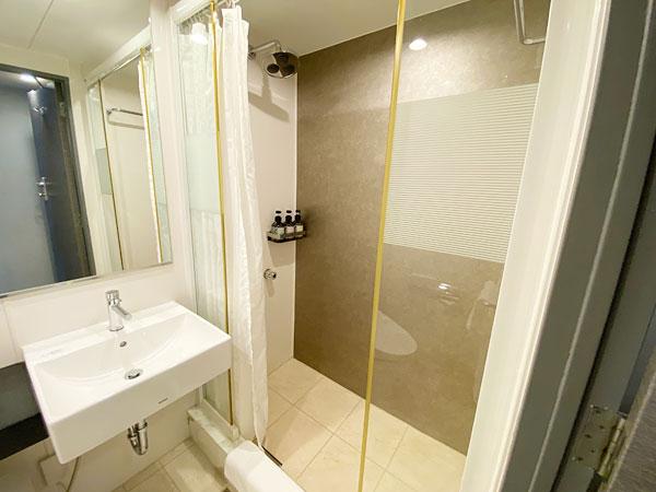 手前の洗面台とシャワーブース(リーガロイヤルホテル大阪)