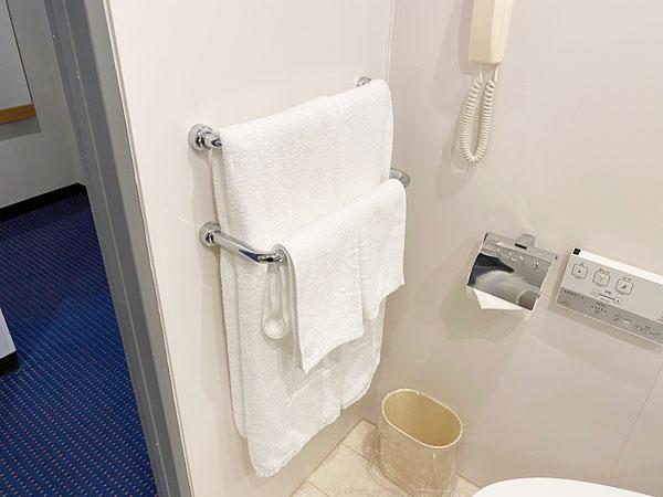 手前の洗面所に用意されたタオル類(リーガロイヤルホテル大阪)
