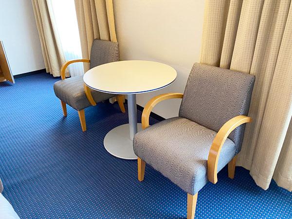 ソファとテーブル(リーガロイヤルホテル大阪)
