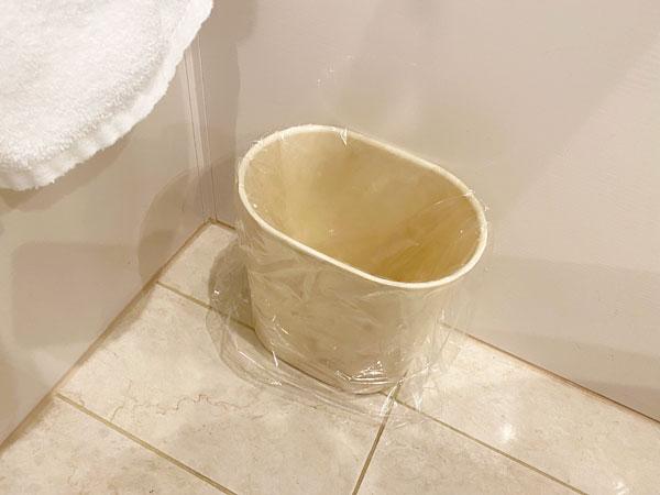 手前の洗面所のゴミ箱(リーガロイヤルホテル大阪)