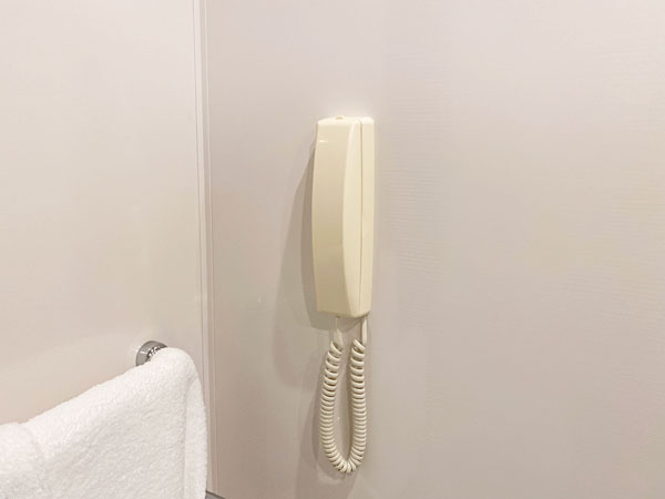 手間の洗面所の電話(リーガロイヤルホテル大阪)