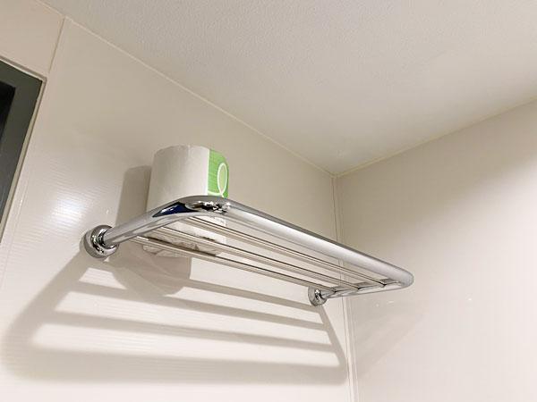 手前の洗面所に置かれた予備のトイレットペーパー(リーガロイヤルホテル大阪)