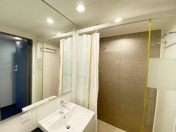 手前側の洗面台とシャワーブース(リーガロイヤルホテル大阪)