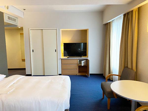 ベッドやテーブル、テレビやクローゼット(リーガロイヤルホテル大阪)