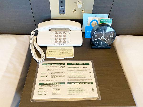 ヘッドサイドボードに置かれた電話など(リーガロイヤルホテル大阪)