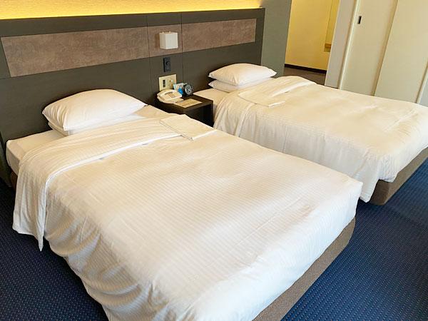ウェストウイングのツインルームのベッド(リーガロイヤルホテル大阪)
