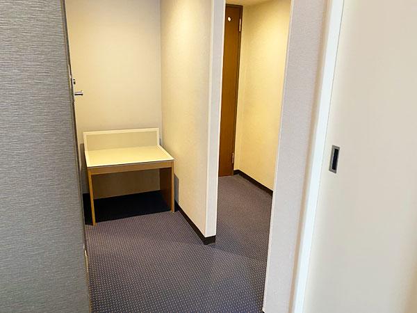 部屋の入口付近の写真(リーガロイヤルホテル大阪)