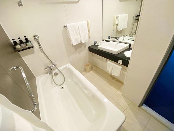 奥の洗面所と浴室(リーガロイヤルホテル大阪)