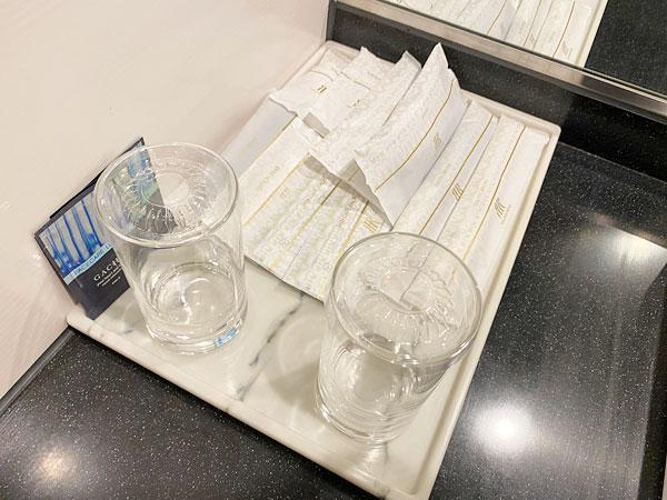 奥の洗面所のコップとアメニティグッズ(リーガロイヤルホテル大阪)