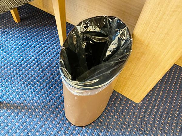 デスク下のゴミ箱(リーガロイヤルホテル大阪)