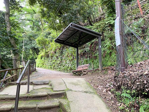 嵐山モンキーパーク石段のぼりきったところの休憩スペース