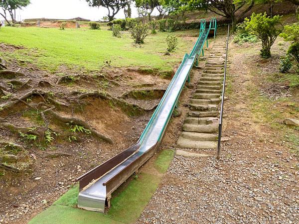 嵐山モンキーパークの長い滑り台