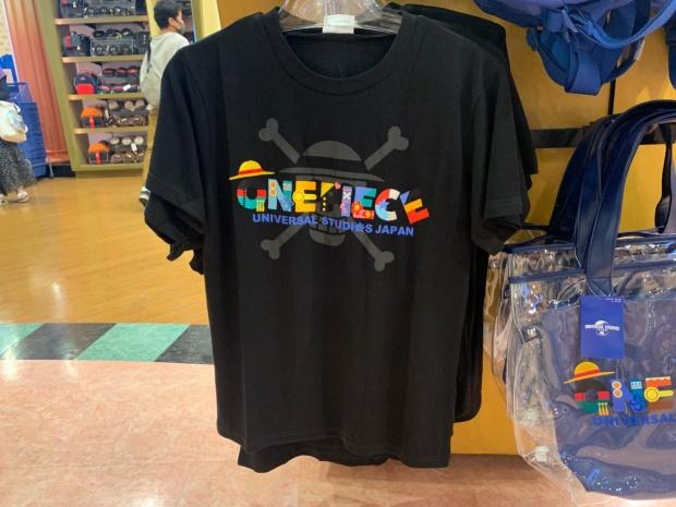 ワンピースのロゴ入りTシャツ