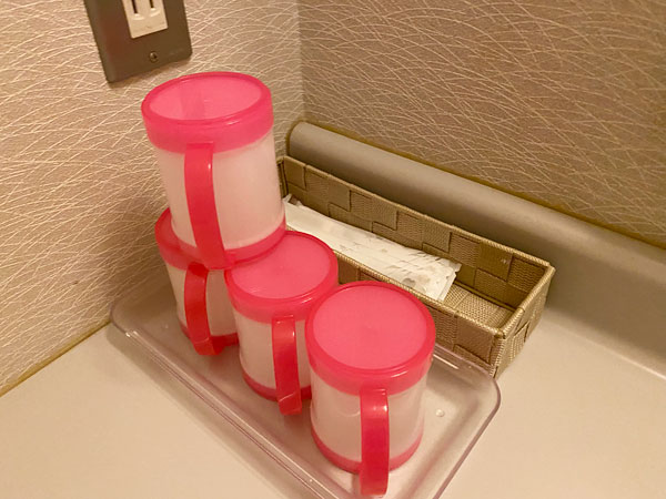 シーアイガ海月の洗面所にあるコップと歯ブラシセット