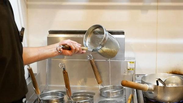 ラーメンの麺の湯切り