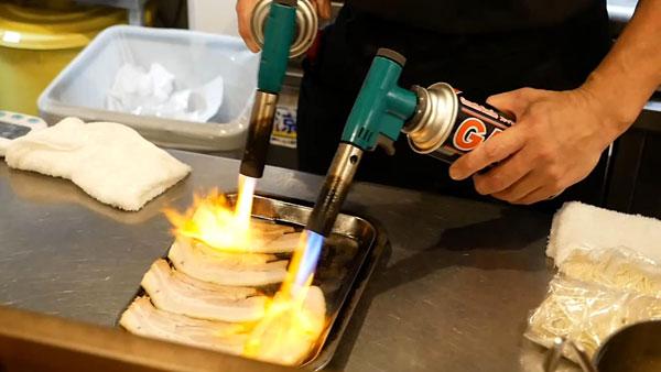 チャーシューをバーナーで炙る