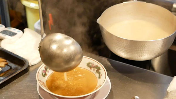特製炙りチャーシューメンの調理シーン