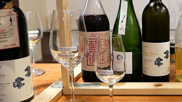 丹波ワインの有料試飲ワインのグラス