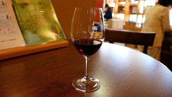 試飲用の赤ワイン